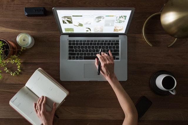 femme sur un ordinateur avec shopify