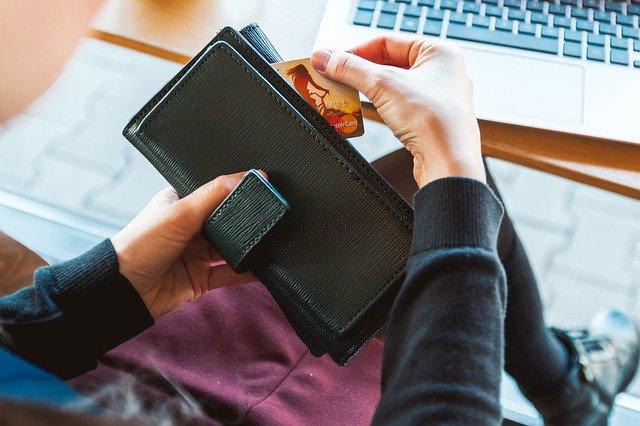 femme avec la carte bancaire de sa banque