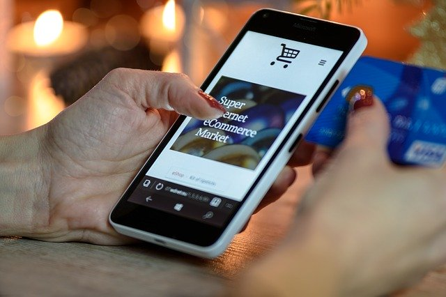 internaute sur une boutique e-commerce